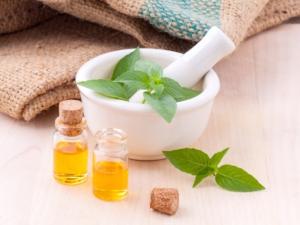 Öl Herstellung Fläschchen und Pflanze